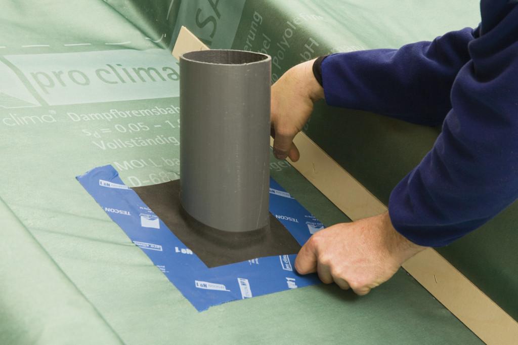 Für runde Durchdringungen wie Leerrohre von Elektroinstallationen oder Sanitärentlüftungen bieten sich Luftdichtungsmanschetten an.