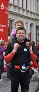 Berthold Theus mit seiner Tochter beim Start der 7-See-Wanderung 2012