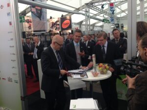 Schleswig-Holsteins Ministerpräsident Torsten Albig (links) auf dem Stand Wohngesundes Bauen auf der Nordbau 2013. Albig sprach mit Peter Bachmann, Geschäftsführer Sentinel Haus Institut, über gesundes Bauen und Wohnen. Albig kündigte an, dass auch wohngesundes Bauen bei Sozialwohnungen gefördert werden soll.