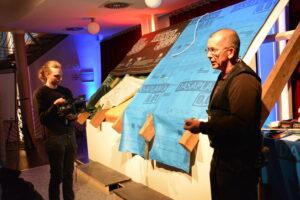 Die Praxisteile werden live gefilmt und auf eine Leinwand übertragen. Damit können Details in Großaufnahme gesehen werden. Auf dem Foto: Thomas Gärtner (links), der typische Sanierungsfehler erklärt.