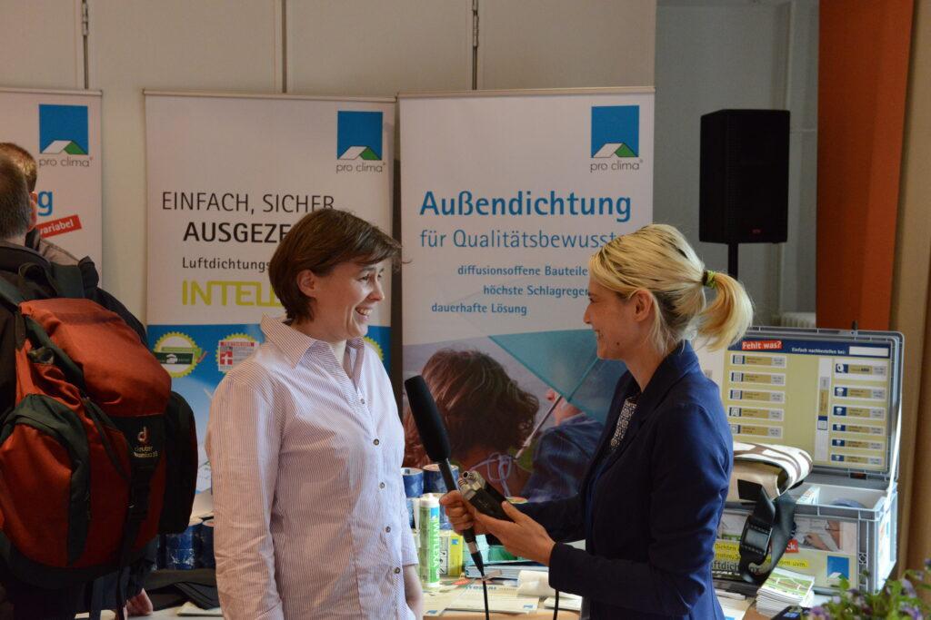Bauingenieurin Stefanie Rolfsmeier (links) mit Heide Gentner vom pro clima Bauradio