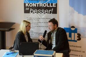 Oliver Solcher (rechts), Geschäftsführer FLiB beim bauradio Interview mit Heide Gentner.