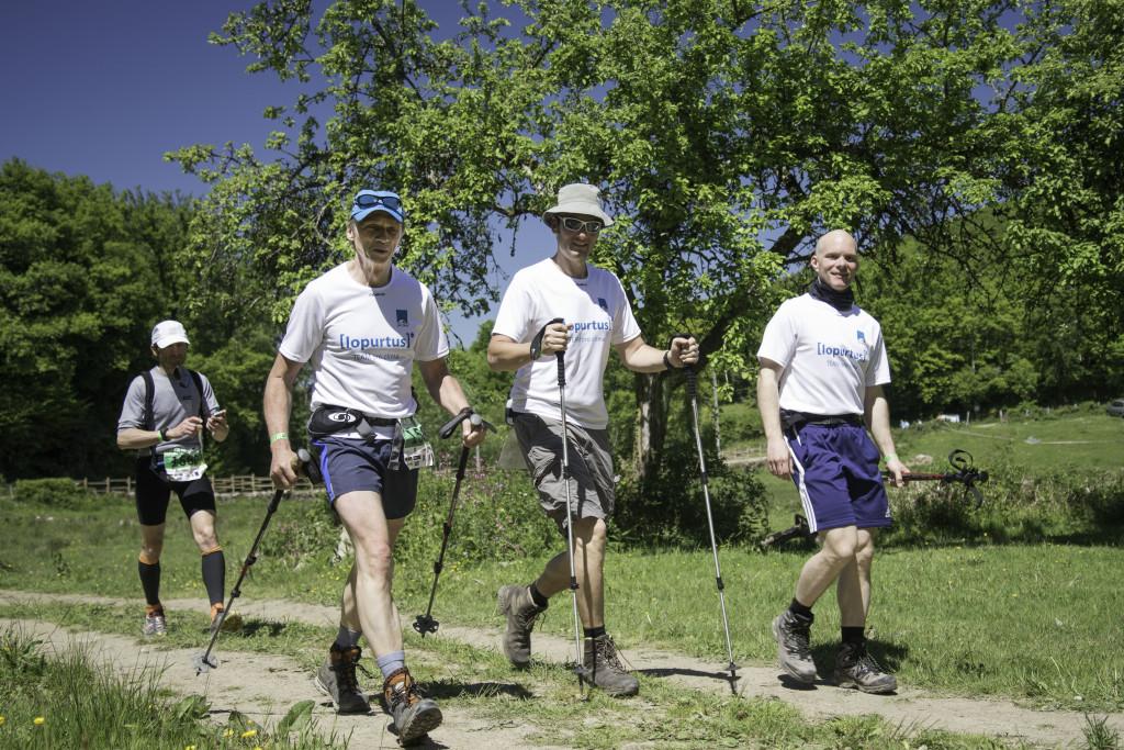 Ich (in der Mitte) beim 100-Kilomter-Lauf mit meinen Kollegen.
