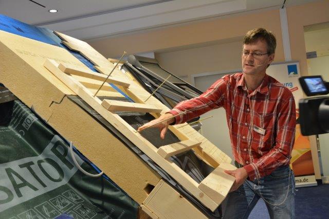Referent Thorsten Siemens zeigte die kritischen Schnittstellen bei der Dachsanierung mit Holzfaserdämmplatten.
