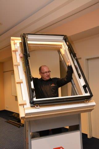 Zimmerer Dirk Lamparter von Roto Dach und Solartechnologie demonstrierte, wie ein Dachflächenfenster fachgerecht eingebaut wird.