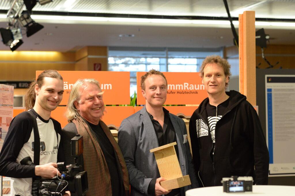 Peter und Jan Hufer (2. und 3. von links) freuen sich über den Preis  für Produktinnovation Praxis Altbau 2015. Mit auf dem Foto: Bertold Roth (links) und Holger Merkel (rechts9 von pro clima TV.