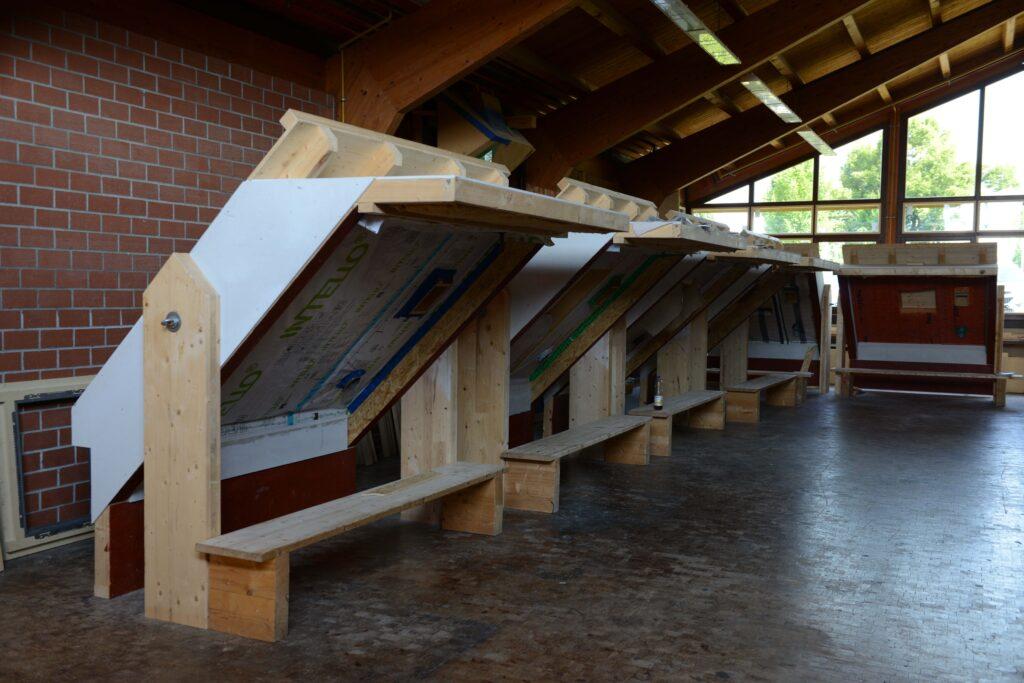In diesem Raum- Werkstatt sieben – sind acht Schmetterlingsmodelle aufgebaut. Diese Modelle zeigen auf der einen Seite eine Innenausbausituation, auf der anderen Seite eine Dachsanierung von außen. Diese Modelle werden in dem Kurs Moderniserung im Bestand eingesetzt.