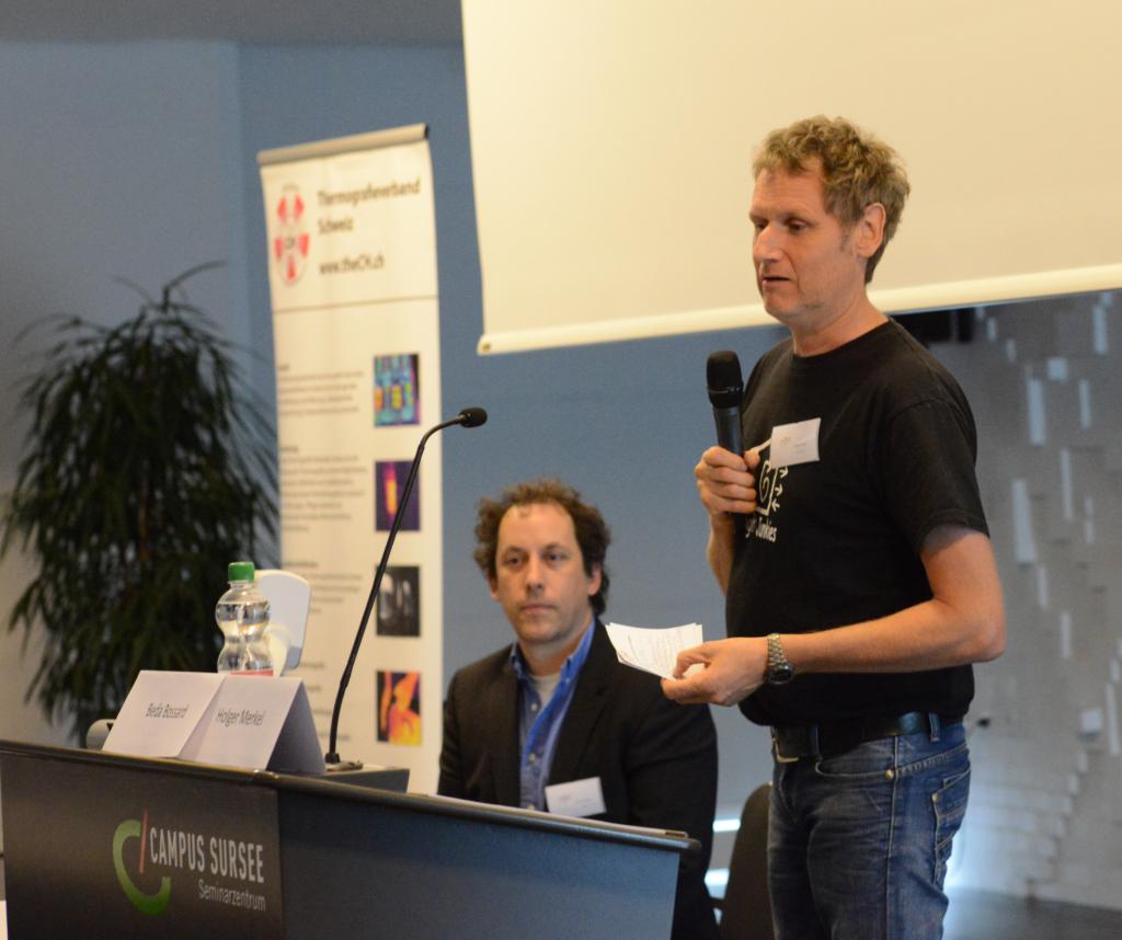 """Holger Merkel (rechts) bei deinem Vortrag """"Messung großer Objekte"""". Links im Bild: Michael Wehrli, der Organisator der Blower-Door-Tagung"""