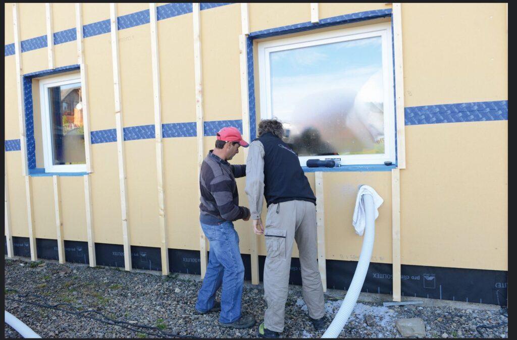 Alle packen mit an: Im Workshop zeigt Holger Merkel von pro clima dem Team von Tasuleasa Social die wichtigsten Handgriffe um ein Gebäude gegen Luft und Wind abzudichten.