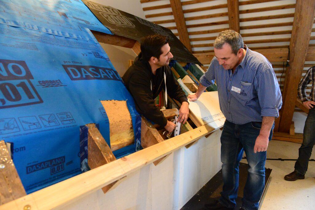 Lösungen für knifflige Sanierungssituationen: Bei der Kombischulung Dach-Praxis erklären die Referenten alles an diesem 1:1 Modell. Auch in den Pausen wurde das Beispieldach genutzt, um individuelle Fragen zu klären.