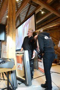 Alle Praxisteile des Seminarkonzepts Dach-Praxis werden live mitgefilmt und auf eine Leinwand übertragen. So können alle Teilnehmer die schwierigen Schnittstellen vergrößert sehen.