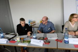 Jochen Schweizer (links) von Wiehl Treppenbau im Gespräch mit Jens Rothfuss, der für das Marketing im Bildungszentrum zuständig ist.